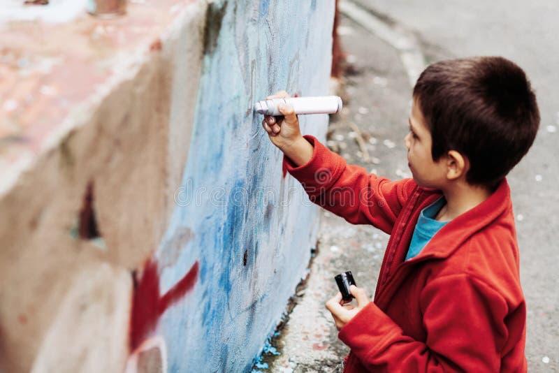 Ung grafittikonstnär arkivbild