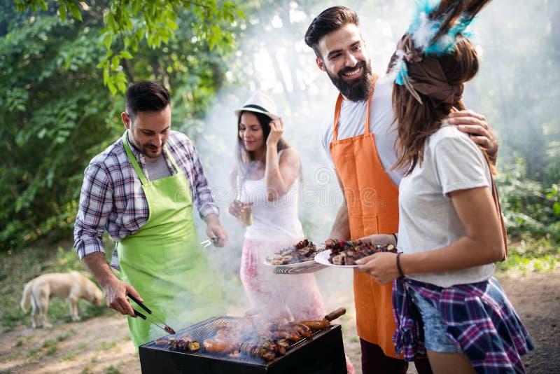Ung grillfest f?r kvinnlig- och manparbakning i natur royaltyfri fotografi