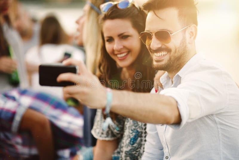 Ung grupp av vänner som har rolig det fria royaltyfri bild