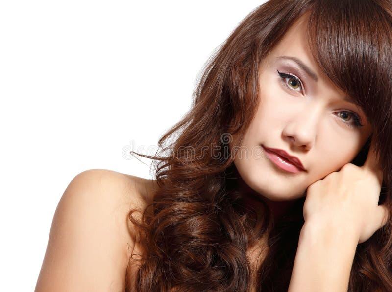 Ung gullig attraktiv flickastående med långt hår som ser ca fotografering för bildbyråer