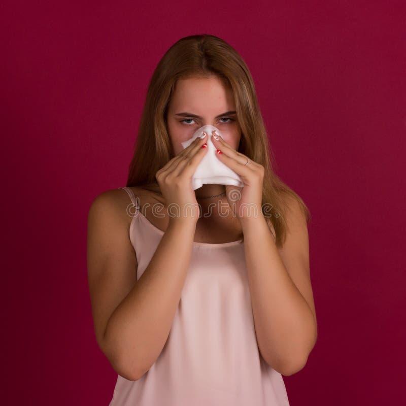 Ung gullig kvinna, allergi, studio arkivfoton