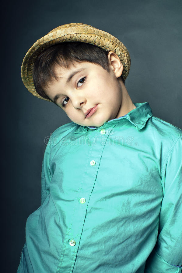 Ung gullig pojke i hatt royaltyfri foto
