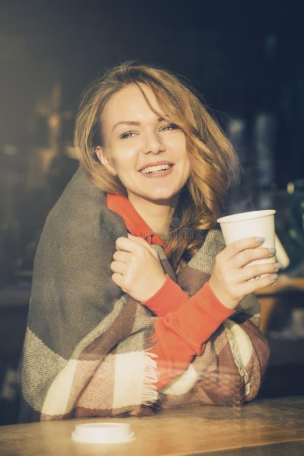 Ung gullig vit flickahipsterplacering i kafé med koppen kaffe royaltyfri fotografi