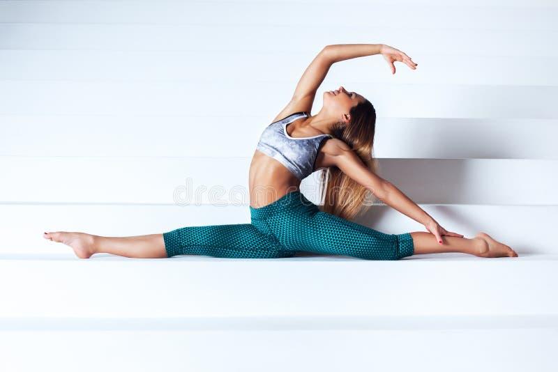 Ung gymnastkvinna royaltyfria foton