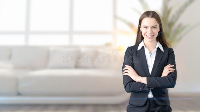 Ung härlig affärskvinna och idérikt märkes- anseende över blured inre bakgrund fotografering för bildbyråer
