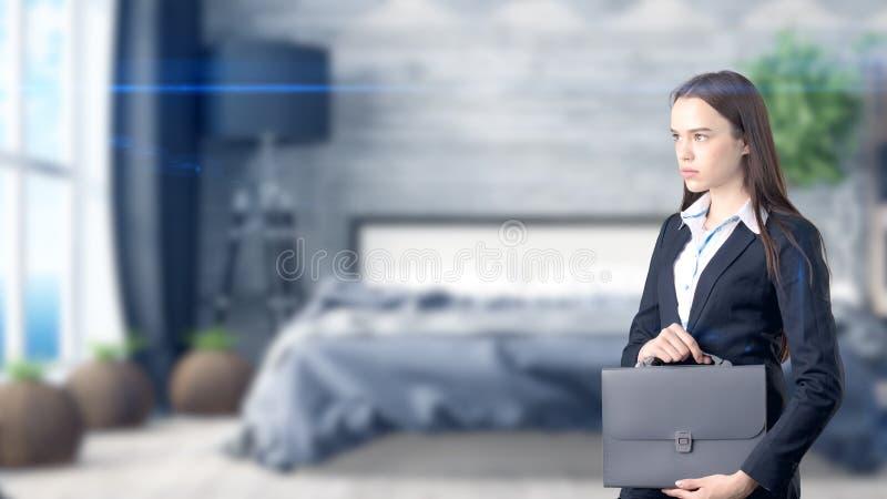 Ung härlig affärskvinna och idérikt märkes- anseende över blured inre bakgrund royaltyfri bild