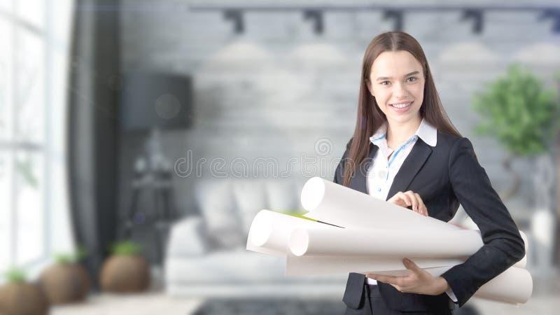 Ung härlig affärskvinna och idérikt märkes- anseende över blured inre bakgrund arkivfoto
