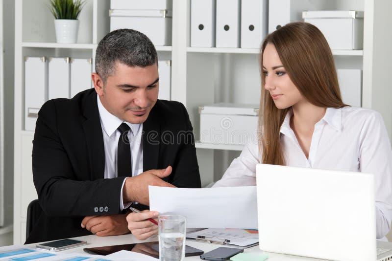 Ung härlig affärskvinna som konsulterar med hennes kollega royaltyfri foto