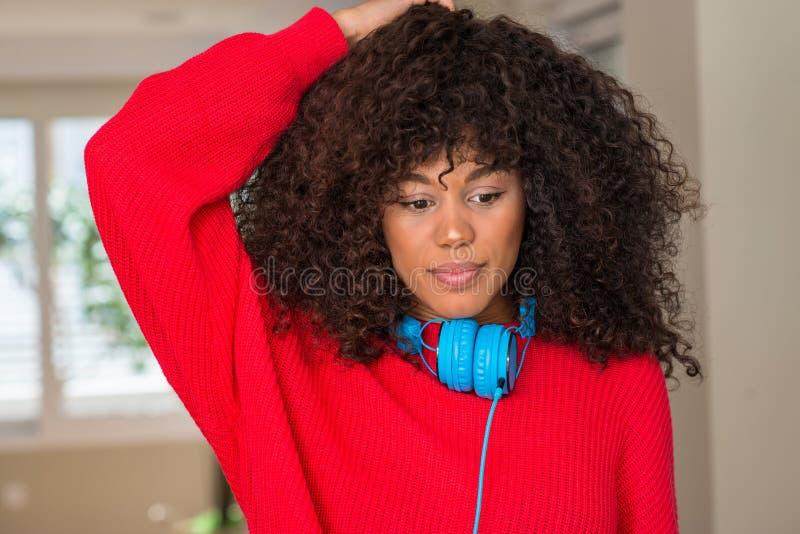 Ung härlig afrikansk amerikankvinna hemma royaltyfria foton
