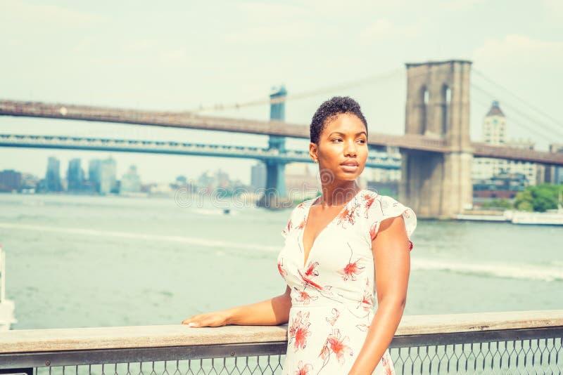 Ung härlig afrikansk amerikankvinnaresande i New York royaltyfri fotografi