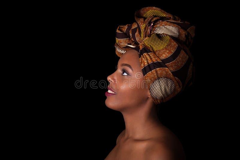 Ung härlig afrikansk kvinna som bär en traditionell sjalett, I arkivfoto