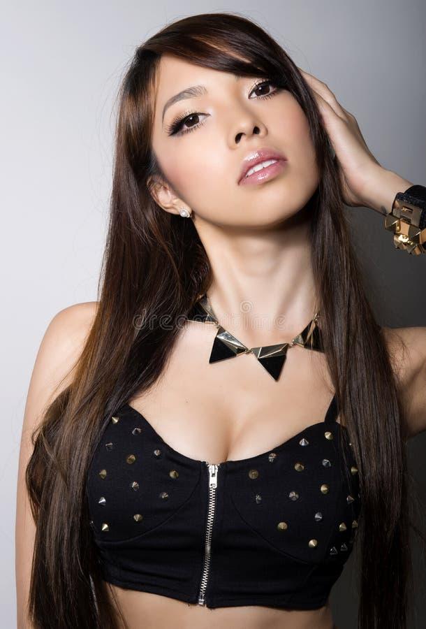 Ung härlig asiatisk kvinna med prickfri hud och perfekt smink- och brunthår royaltyfri foto