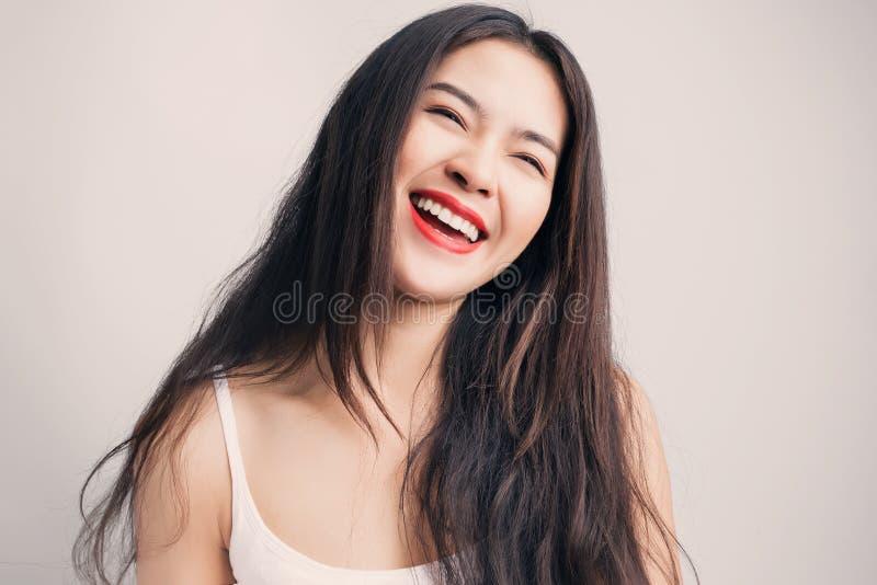 Ung härlig asiatisk kvinna med smileyframsidan arkivfoto