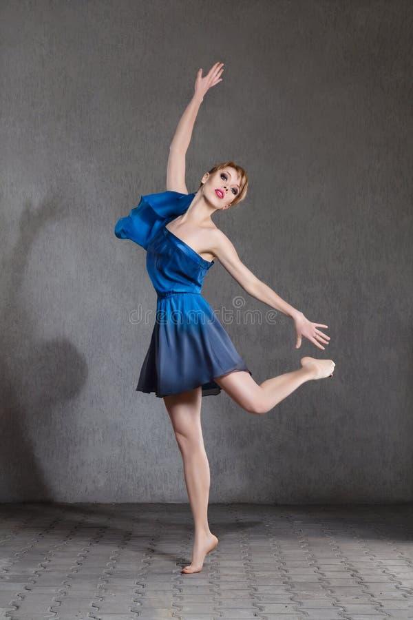 Ung härlig ballerina royaltyfri foto