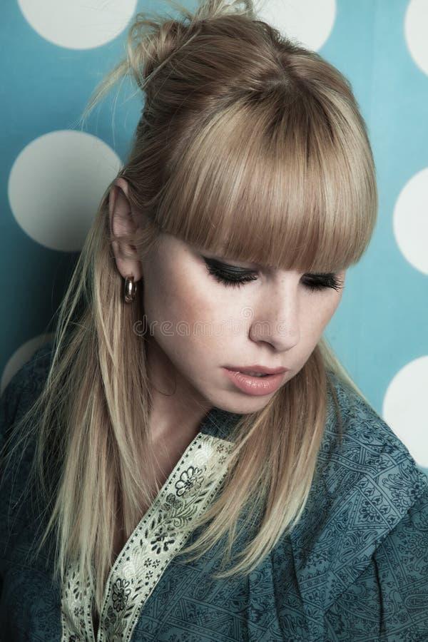 Ung härlig blond flicka med långt hår royaltyfri foto