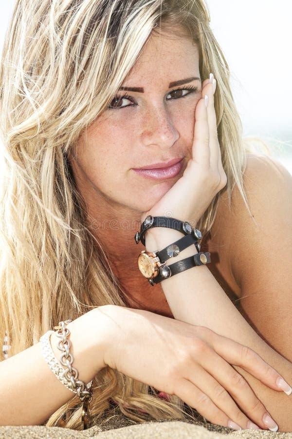 Ung härlig blond flicka, sjösida med fräknar Sommar royaltyfri fotografi