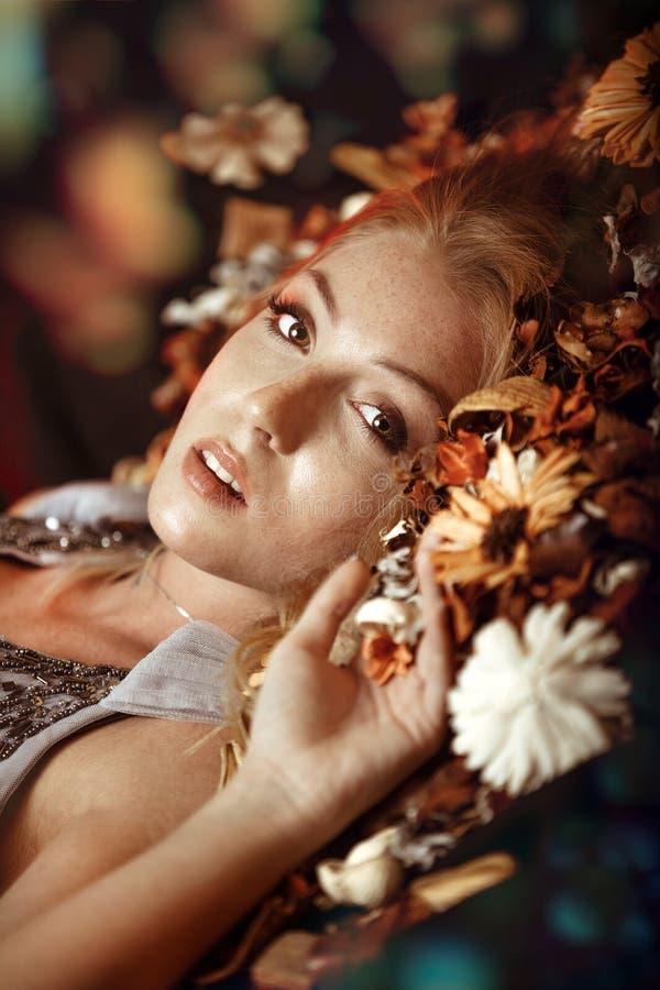 Ung härlig blond kvinna royaltyfri bild