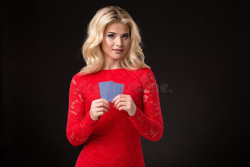 Ung härlig blond kvinna med att spela kort över svart poker royaltyfri bild