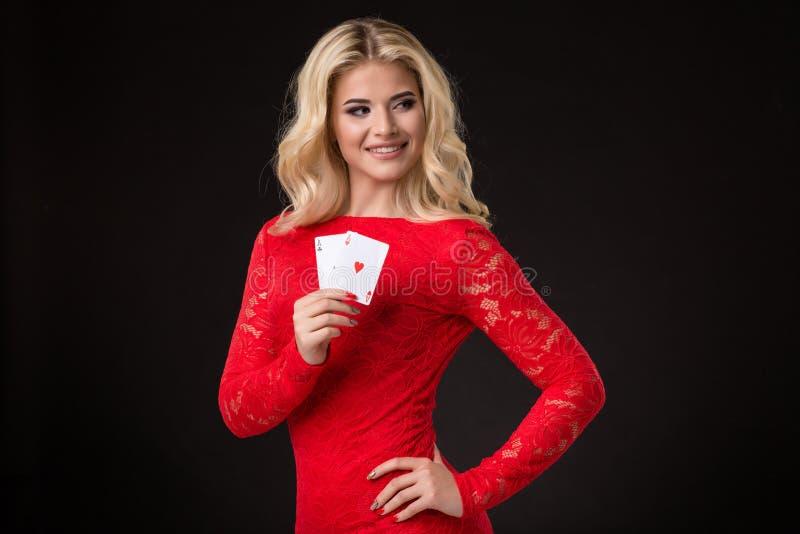 Ung härlig blond kvinna med att spela kort över svart poker royaltyfri fotografi