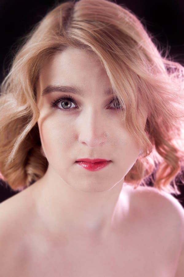 Ung härlig blond kvinnastående royaltyfria bilder