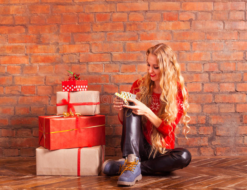 Ung härlig blondin flickan i en röd tröja med med många royaltyfri fotografi