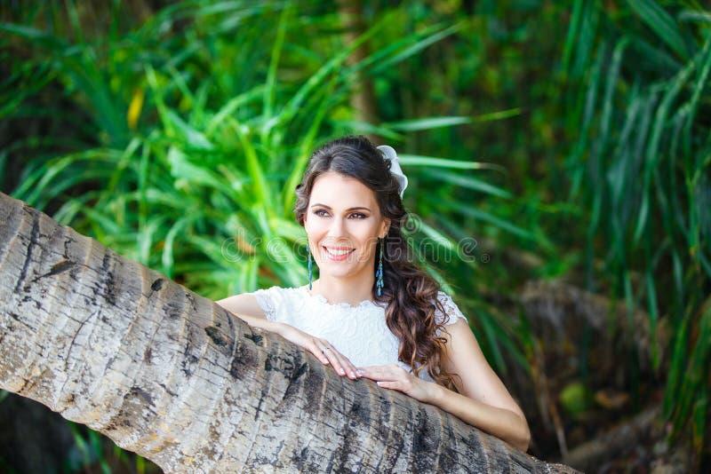 Ung härlig brud för närbildstående i en tropisk djungel på royaltyfri bild