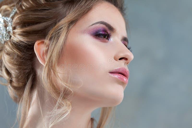Ung härlig brud med en elegant hög frisyr Bröllopfrisyr med tillbehören i hennes hår royaltyfria foton