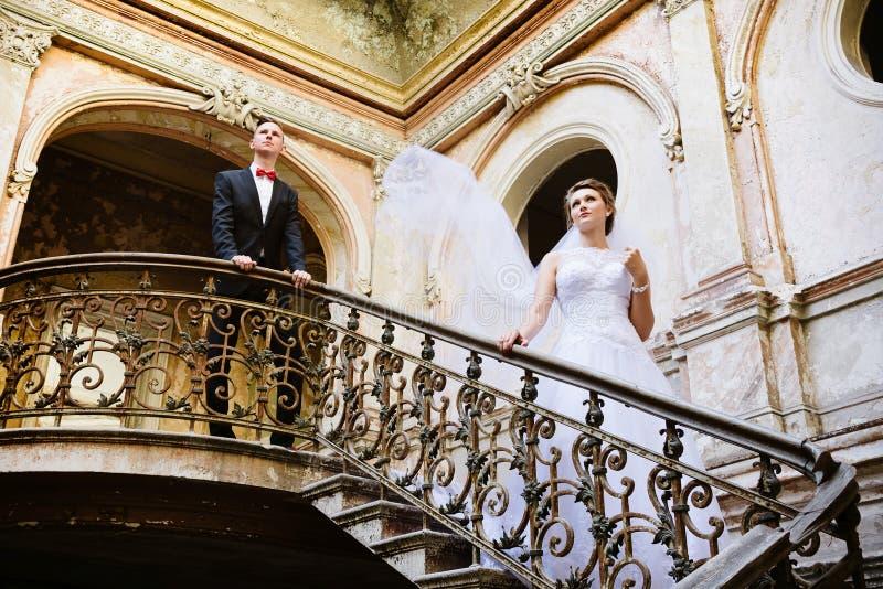 Ung härlig brud som poserar på trappa royaltyfri foto