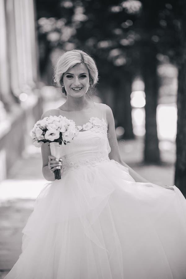 Ung härlig brud som utomhus poserar royaltyfria foton