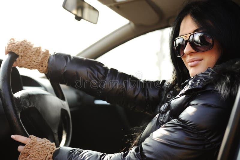 Ung härlig brunett inom bilen royaltyfria bilder