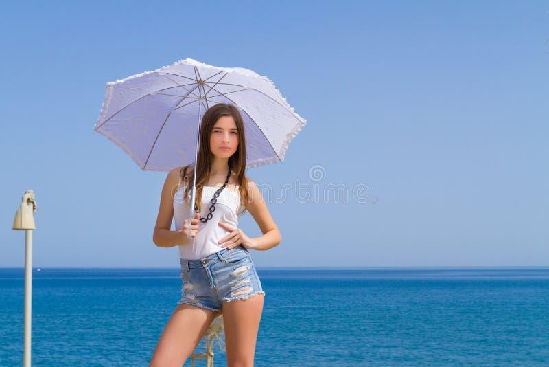 Ung härlig brunett med det vita paraplyet royaltyfria foton
