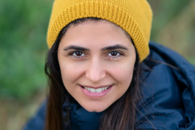 Ung härlig brunettkvinna som ler med den gula basker fotografering för bildbyråer
