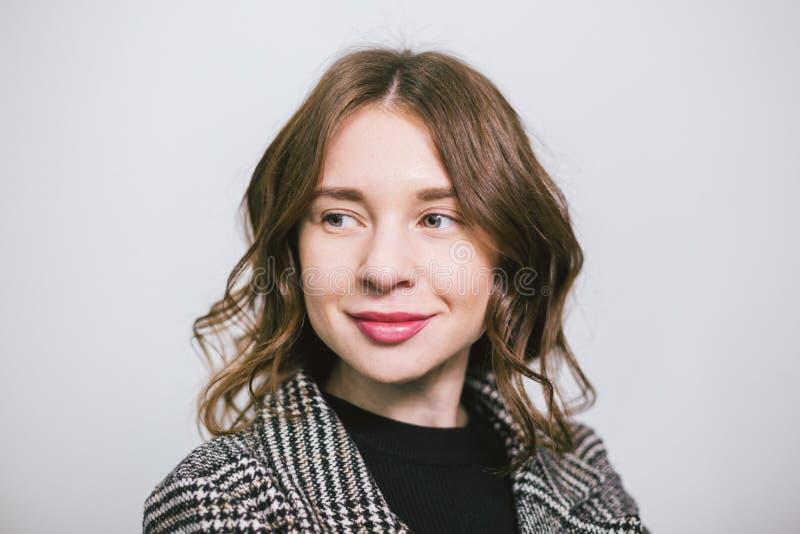 Ung härlig caucasian kvinna för stående på vit bakgrund Europeisk flickamodell som poserar bakgrund av väggen i studio arkivfoto
