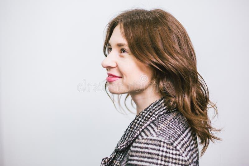 Ung härlig caucasian kvinna för stående på vit bakgrund Europeisk flickamodell som poserar bakgrund av väggen i studio royaltyfri foto