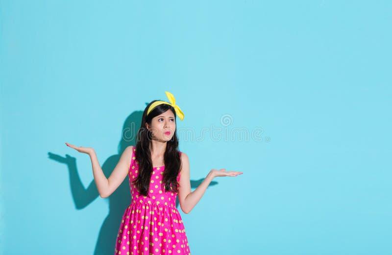 Ung härlig dam som visar förvirrad sinnesrörelse royaltyfria foton