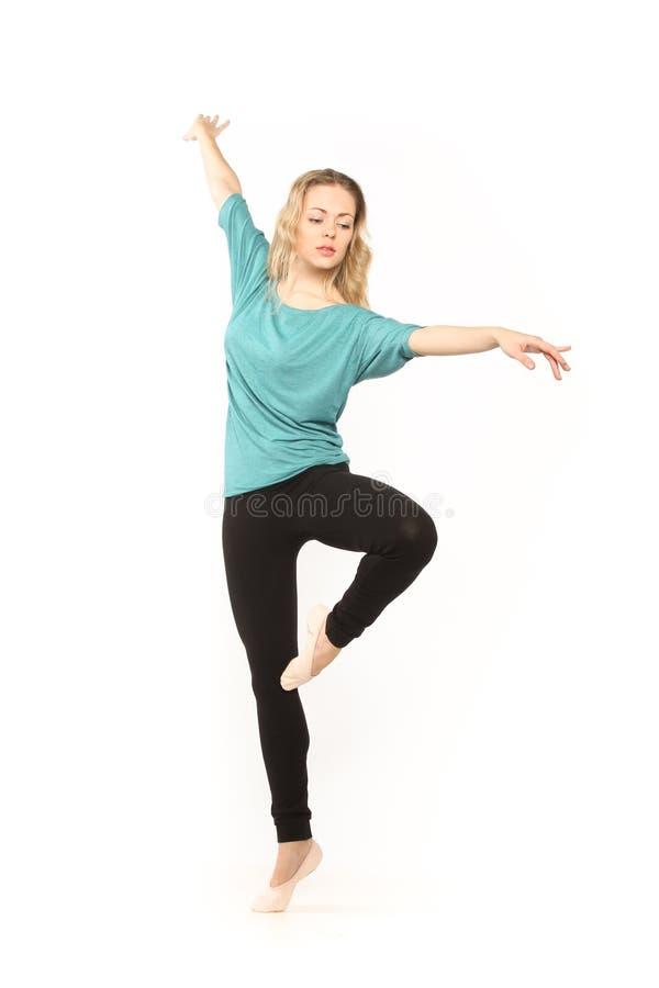 Ung härlig dansare som poserar på en studiobakgrund royaltyfria bilder