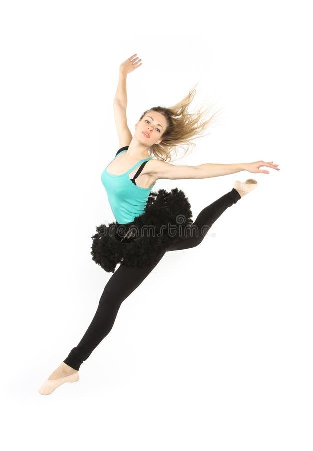Ung härlig dansare som poserar på en studiobakgrund arkivbild