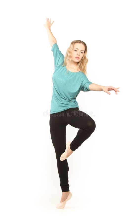 Ung härlig dansare som poserar på en studiobakgrund royaltyfri fotografi