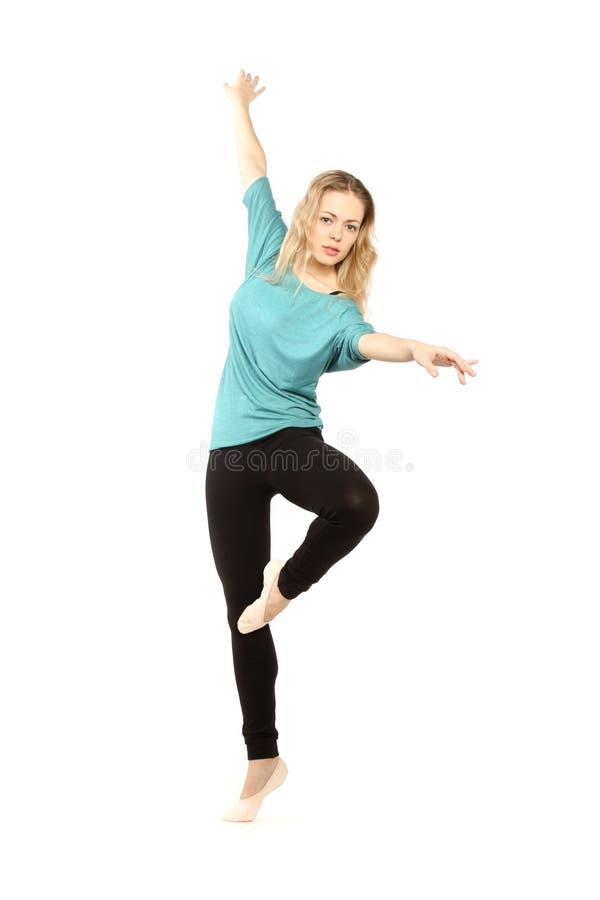 Ung härlig dansare som poserar på en studiobakgrund arkivfoto
