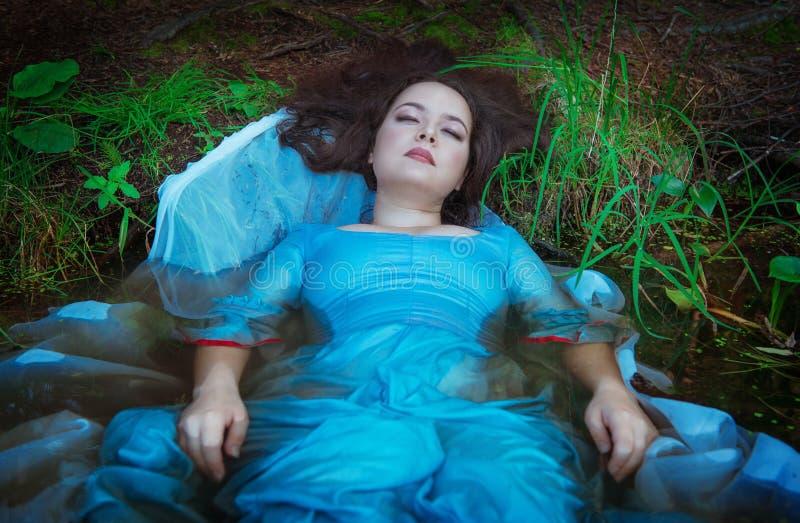 Ung härlig drunknad kvinna som ligger i vattnet fotografering för bildbyråer