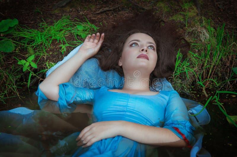 Ung härlig drunknad kvinna som ligger i vattnet royaltyfri fotografi