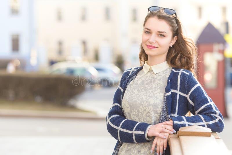 Ung härlig elegant kvinna för närbildstående royaltyfria bilder