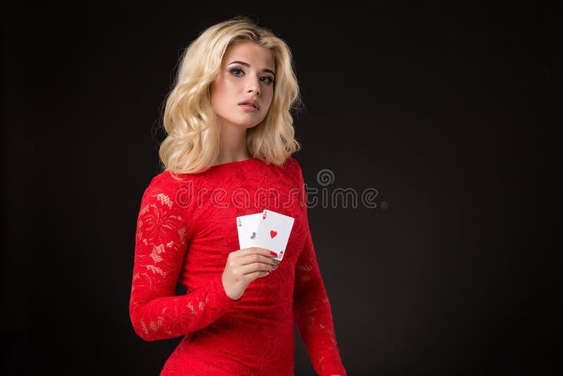 Ung härlig emotionell kvinna med kort i händer på en svart bakgrund i studion poker arkivfoto