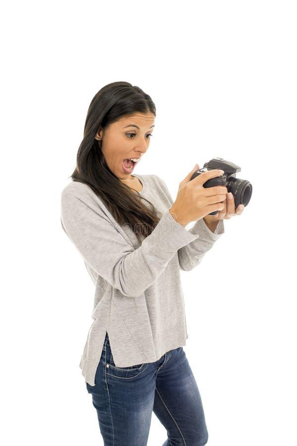 Ung härlig exotisk latinamerikansk fotografkvinna som ler den lyckliga seende reflexkameran arkivfoto