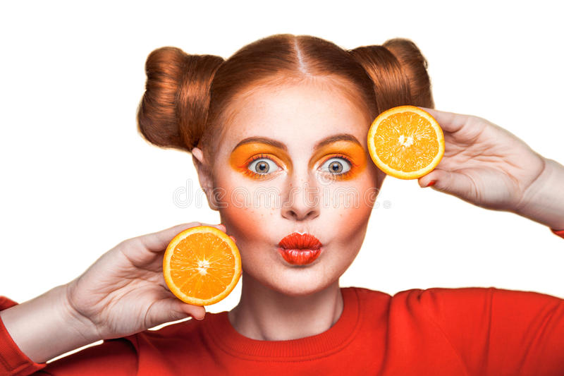 Ung härlig flicka med apelsinen royaltyfria foton