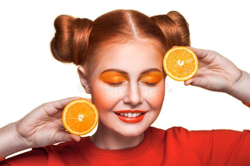 Ung härlig flicka med apelsinen royaltyfri foto