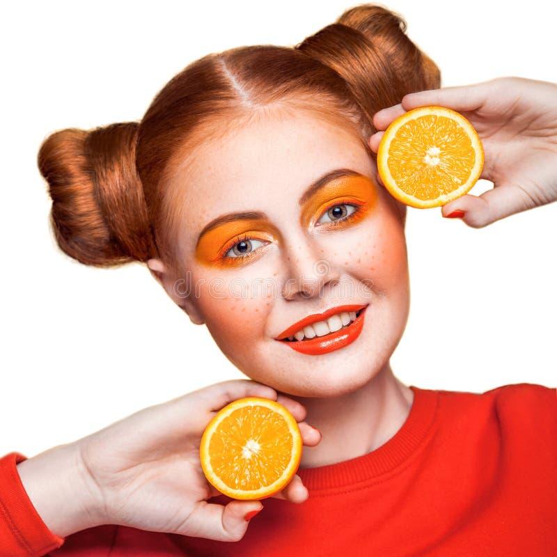 Ung härlig flicka med apelsinen royaltyfri bild