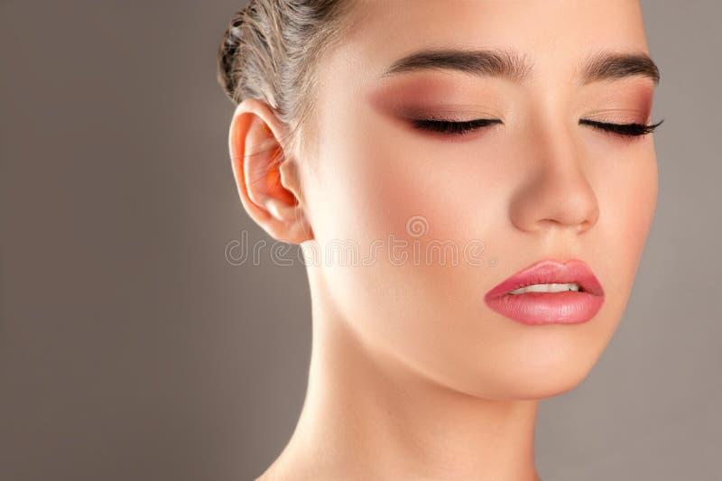 Ung härlig flicka med ljus makeup på framsida fotografering för bildbyråer