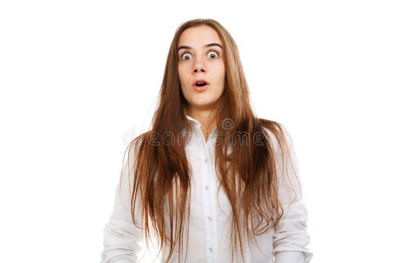 Ung härlig flicka på en vit bakgrund i en vit blus arkivfoto