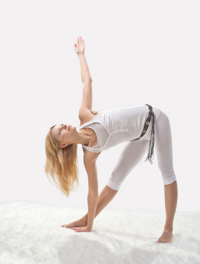 Ung Härlig Flicka Som är Förlovad I Yoga Arkivfoton